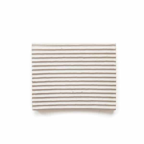 Világos szürke beton dizájn tál, közepes méretben, bordázott felülettel.