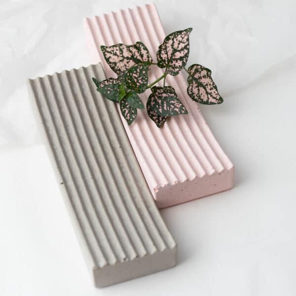 Szürke és rózsaszín beton dizájn tálak, bordázott felülettel.