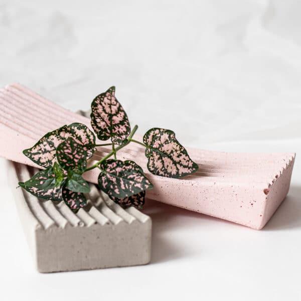 Szürke és rózsaszín beton dizájn tál.