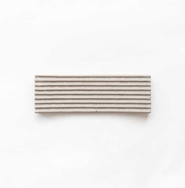 Világos szürke beton dizájn tál, kis méretben.